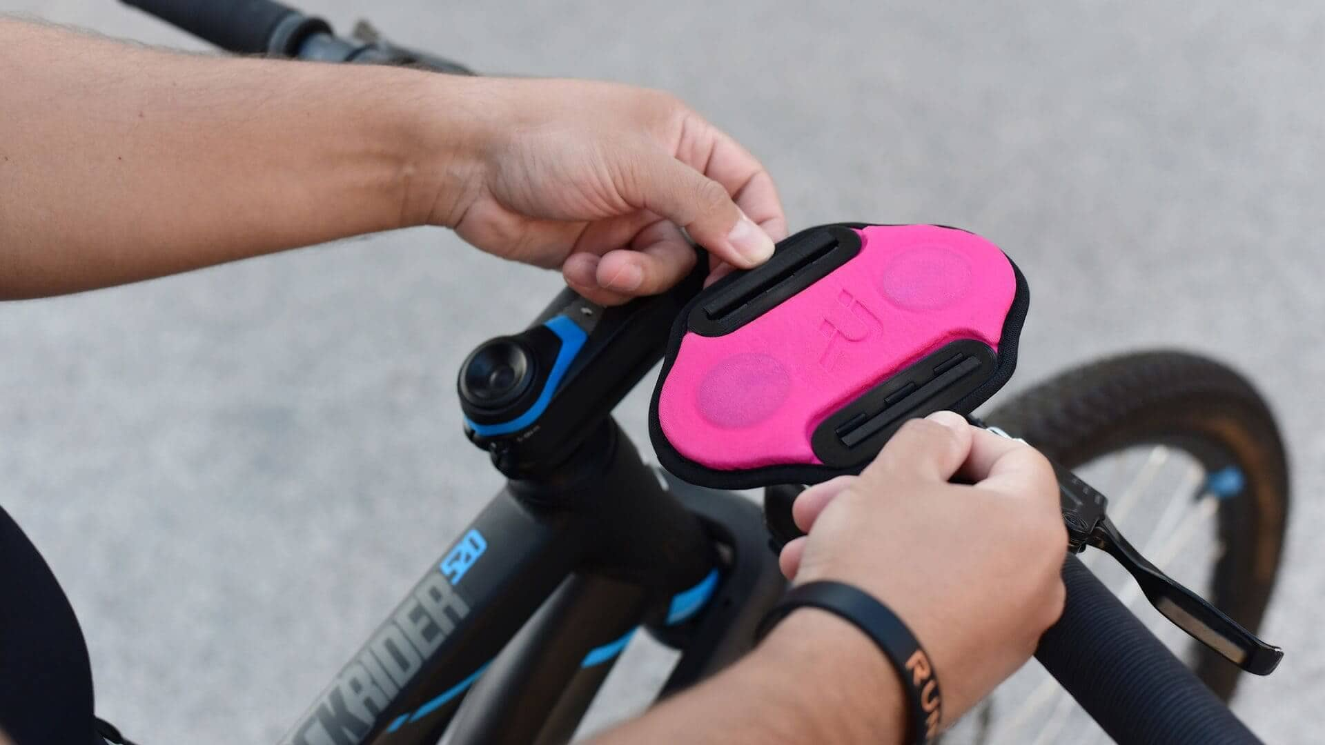 A new bike mount for all cycling essentials: magnetic smartphone holder, action camera and light holder